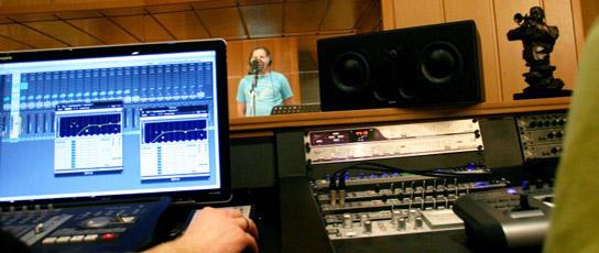 Producer samen met studio-engineer in de studio